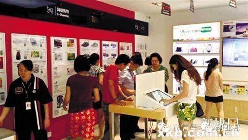 顧客可透過手機在店內掃瞄海報及牆上的 QR code