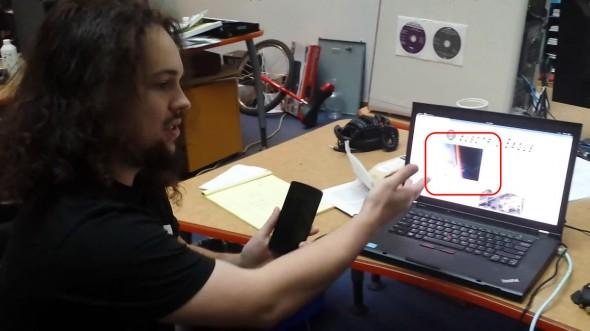 前 Google 軟件工程師 Szymon Sidor 表示黑客可以利用惡意程式在用戶不知情下透過手機鏡頭偷拍甚至錄影