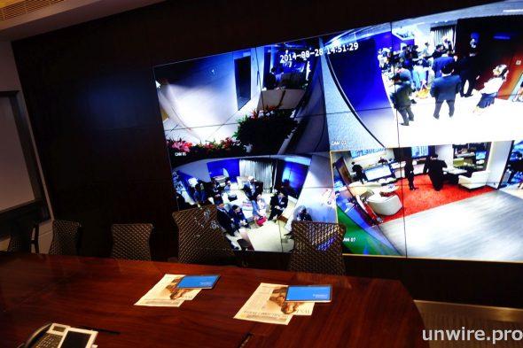 以Samsung SMART Signage 組成大型屏幕牆能具體呈現大數據,並快速及實時連接多個視頻來源及電腦應用,為需要透過監視和控制室方案來監察網絡和機構例如保安、交通、廣播公司及政府機構帶來莫大效益。