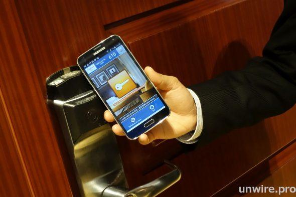免登記房間方案讓客人毋須透過酒店櫃檯登記,只需使用 Samsung 智能手機便能安全打開房門。技術支援以 NFC 和超聲波為媒介,因此即使不是 NFC 手機也能應用。