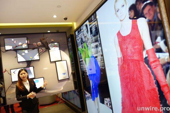零售商可透過 UD 系列 SMART Signage 組合成屏幕牆,栩栩如生地把模特兒在天橋上所展示最新時裝以動感畫面 1 比 1 影像方式展現於顧客眼前,吸引顧客並提升購物意慾。