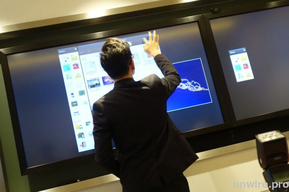 Samsung ED 系列顯示器另可配合 Touch Overlay 選項,化身成互動白板,教師和學生只須用輕輕一觸便可輕鬆擷取、查看、分享及列印白板上的文件。