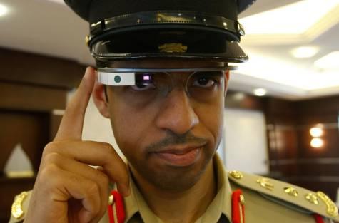 Dubai-police-officer-google-glass