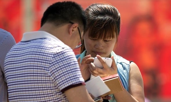 chinese-people-using-smartphone