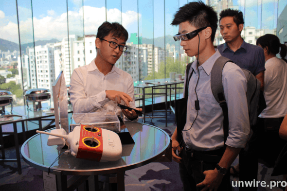 Epson 的穿透式智能眼鏡 BT-200AV 可讓用戶實時看到航拍機的鏡頭影像。