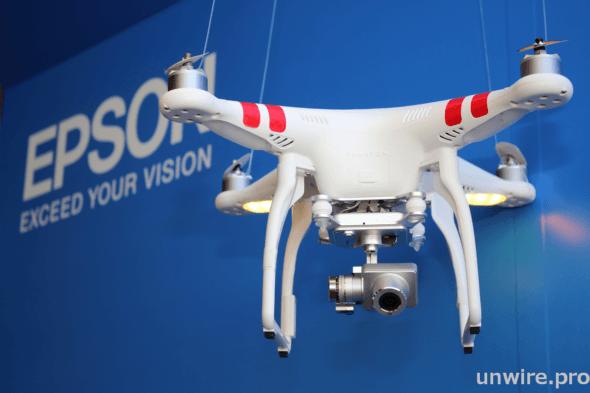 配合操控裝置可遠距離控制航拍機上鏡頭進行轉向、拍攝或錄影。