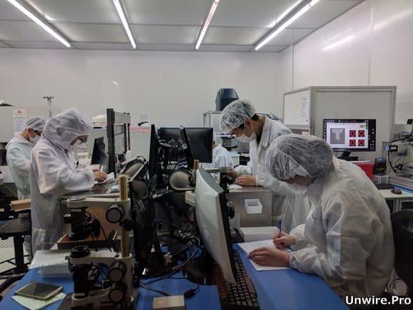 Master Dynamic 的科研人員在科學園內的無塵實驗室檢驗鑽石。