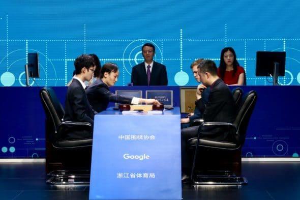 職業八段連笑(左前)及職業九段古力(右前)分別與 AlphaGo 組成隊伍對弈。(圖片來源: Google 官方)