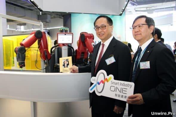 創新及科技局局長楊偉雄(左)與生產力局主席林宣武(右)為「智能產業廊」主持開幕禮。