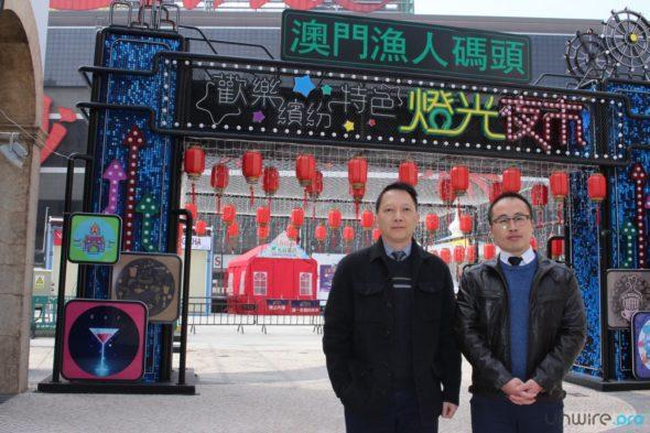 澳門勵駿創建有限公司集團資訊科技總監李明遜(左)及H3C 市場營銷部產品經理趙鵬(右)於燈光夜市前合照